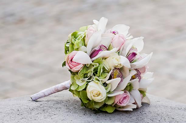 hochzeit bouquet leg dich auf stein block - hochzeitsblumensträuße stock-fotos und bilder
