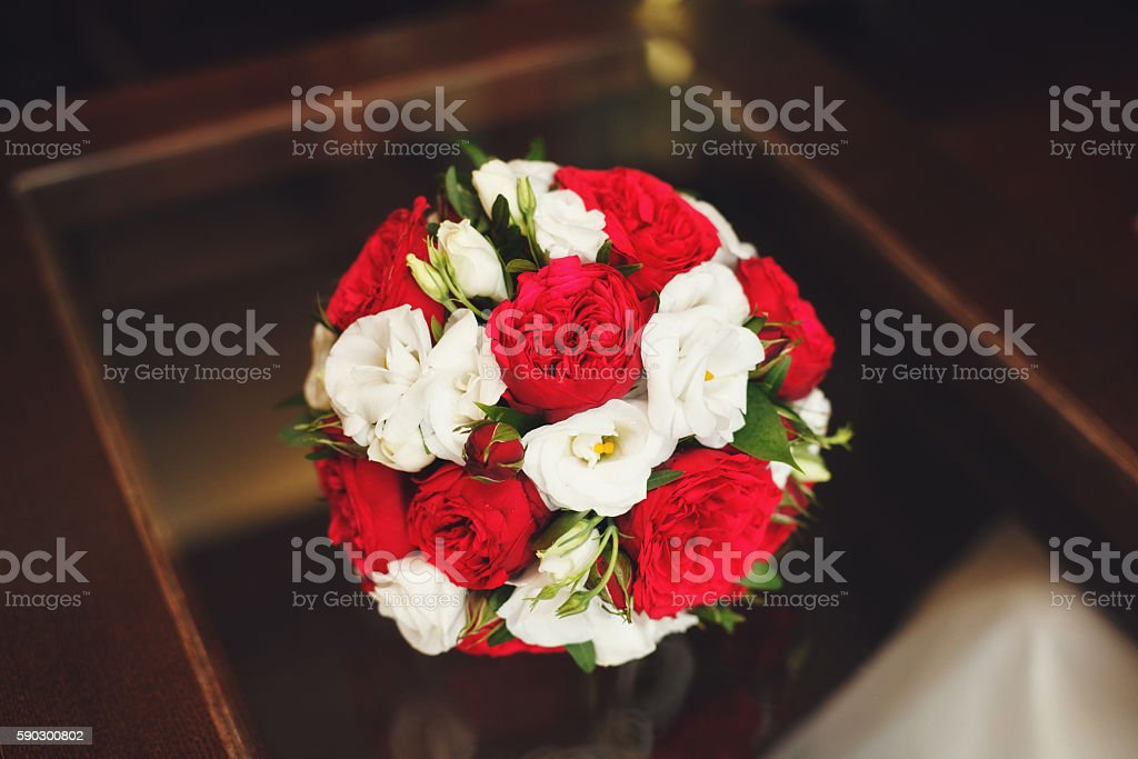 Wedding bouquet of red and white roses on table Стоковые фото Стоковая фотография