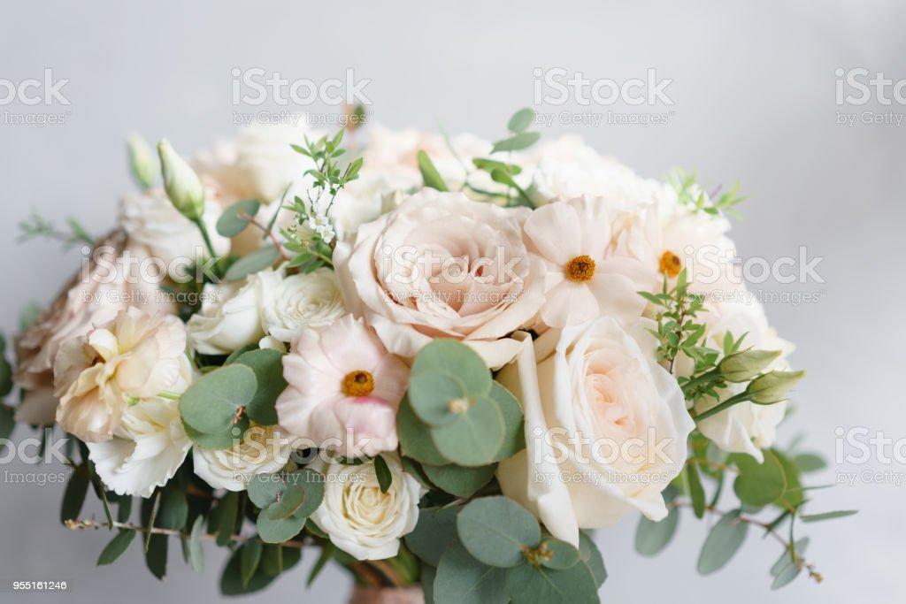 79b41eca48162e Bruiloft boeket van witte rozen en buttercup op een houten tafel. Veel  groen