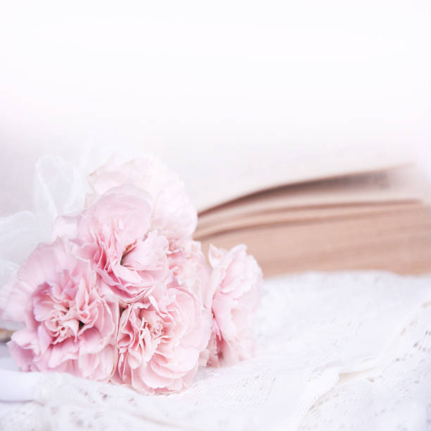 hochzeit bouquet auf der spitze. - heiratssprüche stock-fotos und bilder