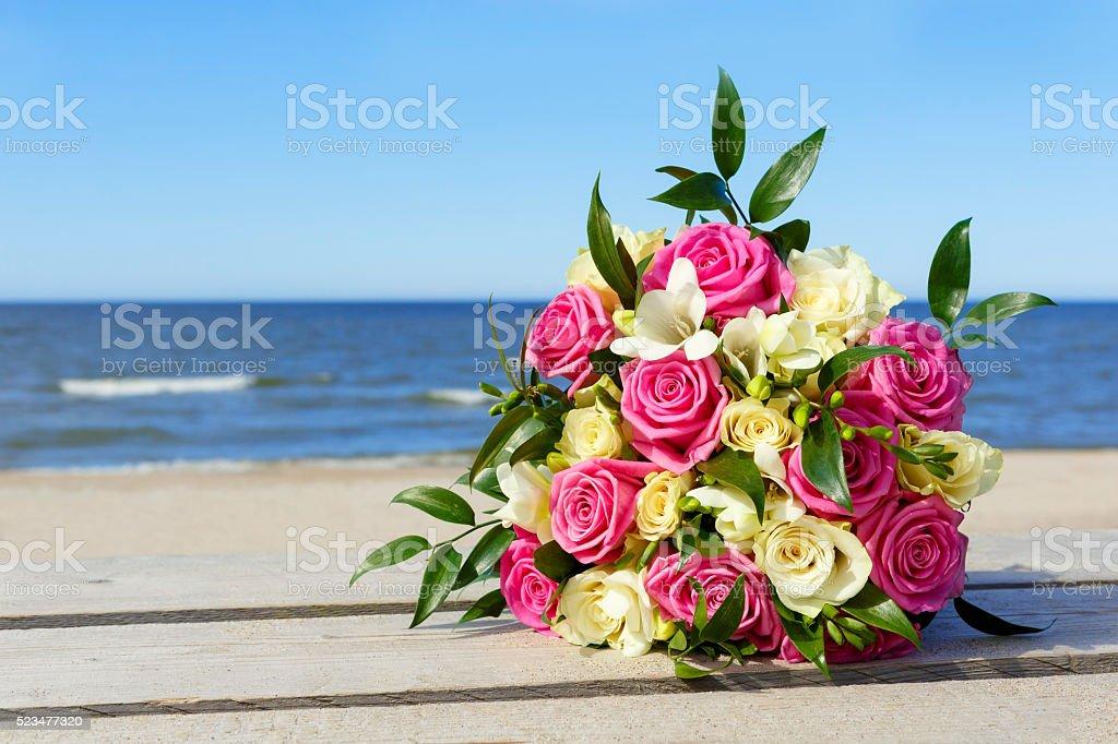 Hochzeit Blumenstrauß die Braut auf Hintergrund des Meeres. – Foto