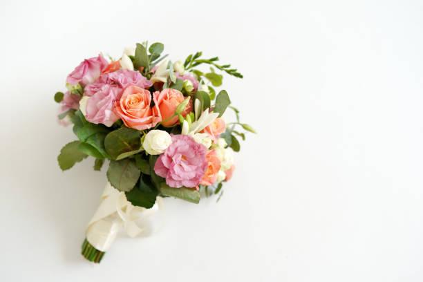 bruiloft boeket met bloemen rozen op een witte achtergrond met kopieerruimte. minimale concept. mockup - boeket stockfoto's en -beelden