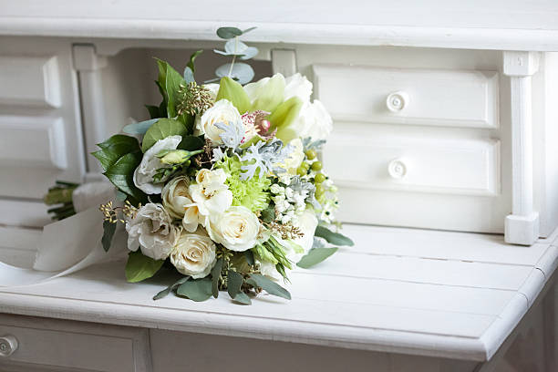 brautstrauß mit weißen rosen auf holz oberfläche - brautstrauß aus holz stock-fotos und bilder