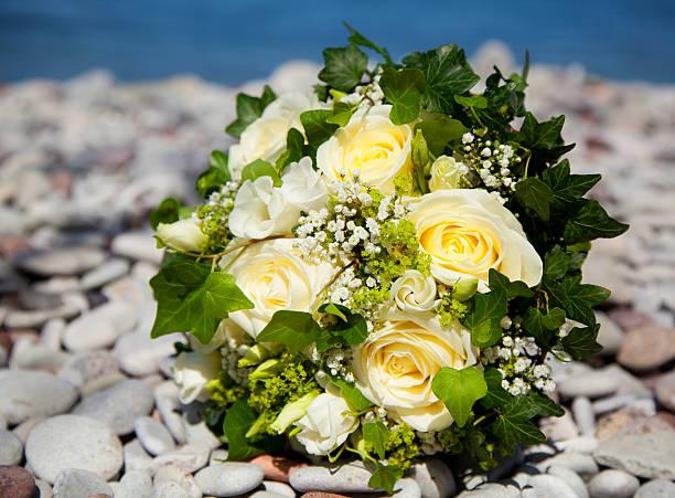 Hochzeit blumenstrauß mit gelben Rosen auf einem Kalkstein beach – Foto