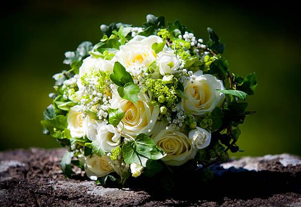 Hochzeit blumenstrauß mit gelben Rosen auf einem Kalkstein-Wand – Foto