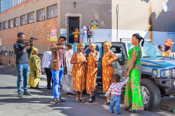 hochzeit braut in den straßen von johannesburg - wedding photography and videography stock-fotos und bilder