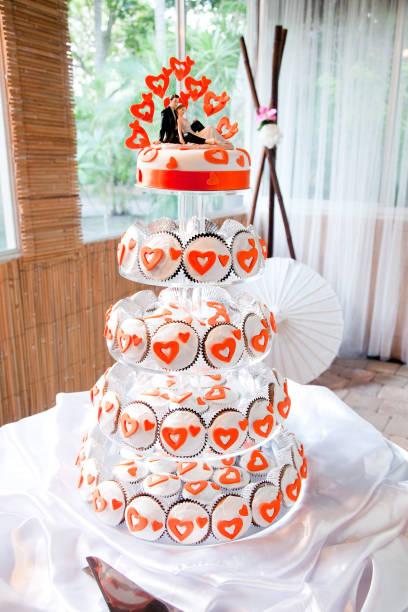 hochzeitstorte cupcake tower orange herzen - cupcake türme stock-fotos und bilder