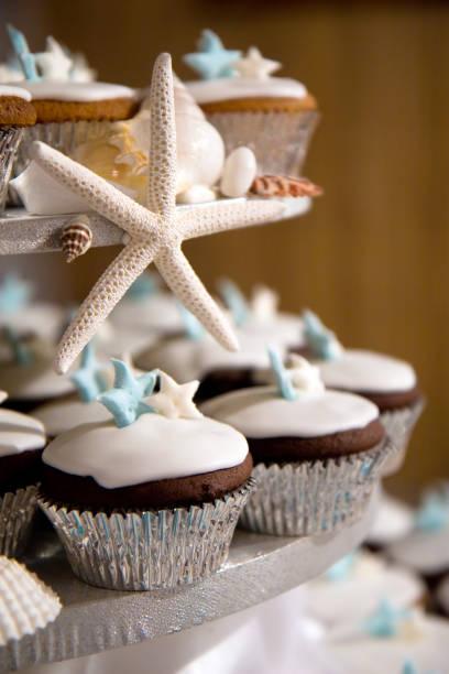 hochzeit kuchen cupcake tower mit seestern meer thema - cupcake türme stock-fotos und bilder