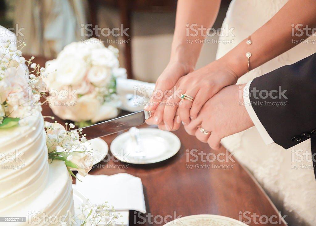 Corte do bolo de casamento - foto de acervo