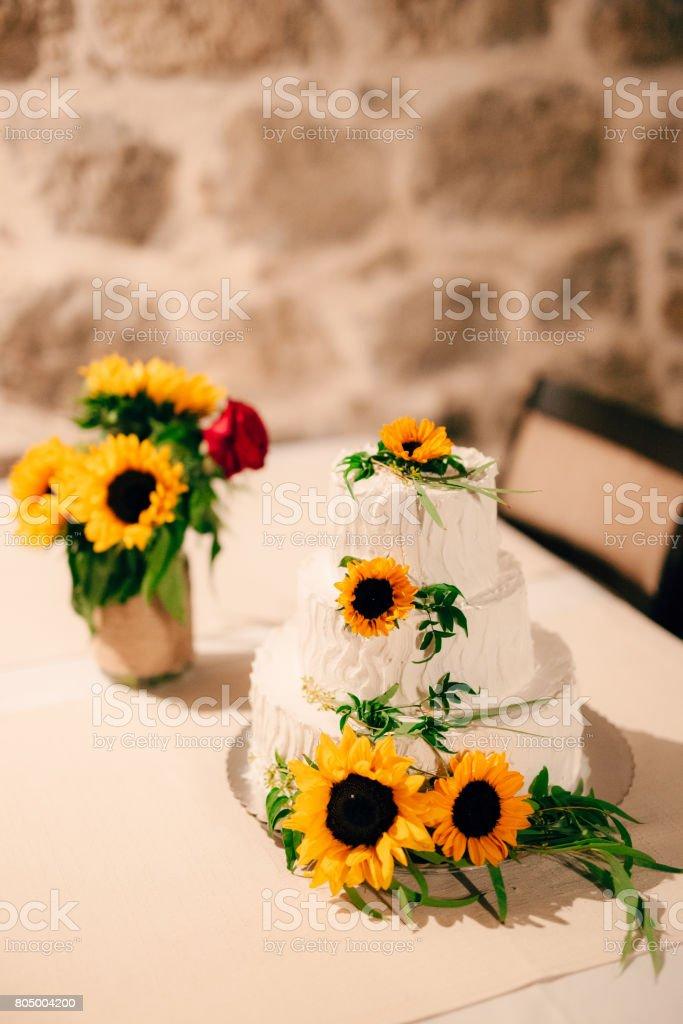 Bolo de casamento decorado flores de girassol - Foto de stock de Amarelo royalty-free