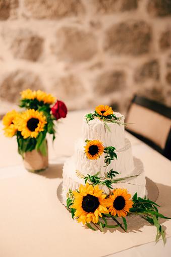 Foto de Bolo De Casamento Decorado Flores De Girassol e mais fotos de stock de Amarelo