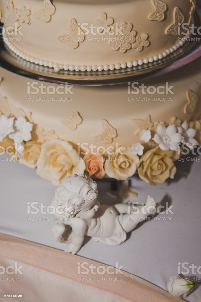 Wedding cake decorated with beige flowers from the cream 6729. photo libre de droits