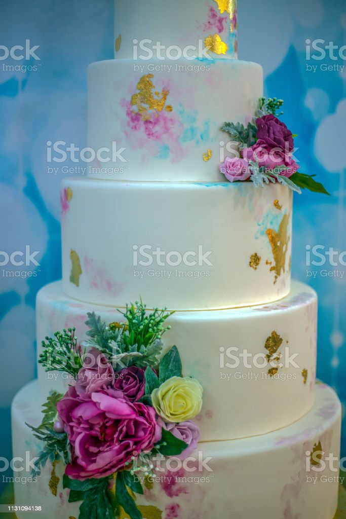 Foto De Bolo De Casamento Decorado Com Flores Comestíveis E