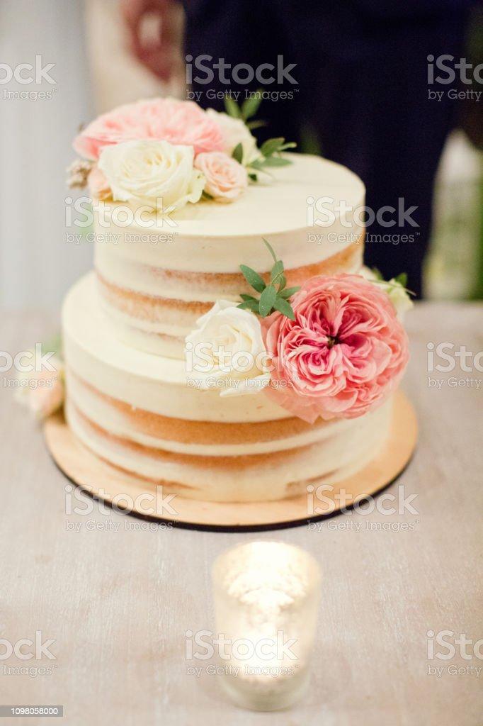 Foto De Bolo De Casamento Decorado Com Flores E Mais Fotos De Stock De Assado No Forno
