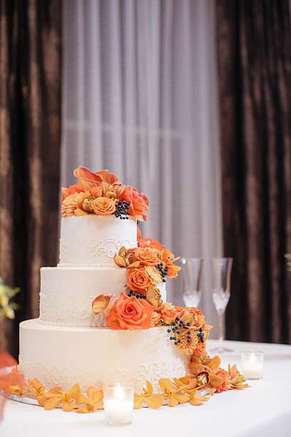 hochzeitstorte, dekoriert mit mit cymbidie orchideen, calla-lilien, viburnum - orange hochzeitstorten stock-fotos und bilder