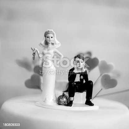 istock Wedding cake figurines 180809303