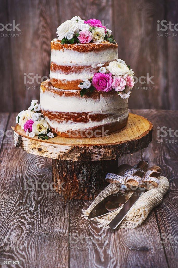 Hochzeitstorte Auf Holzstand Stock Fotografie Und Mehr Bilder Von