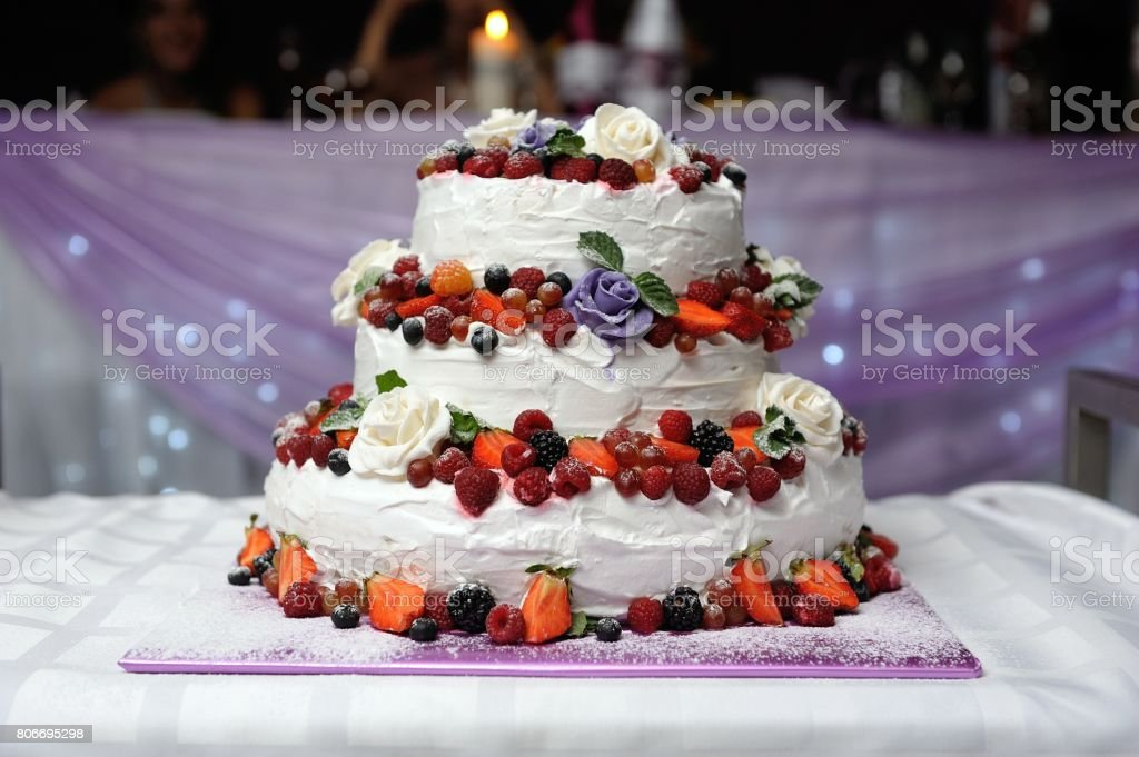Hochzeitstorte Stock Fotografie Und Mehr Bilder Von Erdbeere Istock