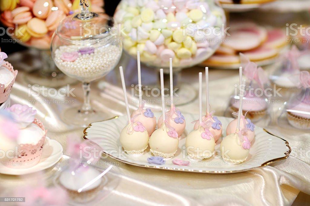 Hochzeitstorte Akzenten In Rosa Und Lila Stock Fotografie Und Mehr