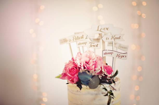 hochzeitstorte rose mit bibelvers auf liebe - verse zur hochzeit stock-fotos und bilder