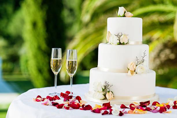 hochzeitstorte mit champagner-gläser auf tisch - rosentorte stock-fotos und bilder