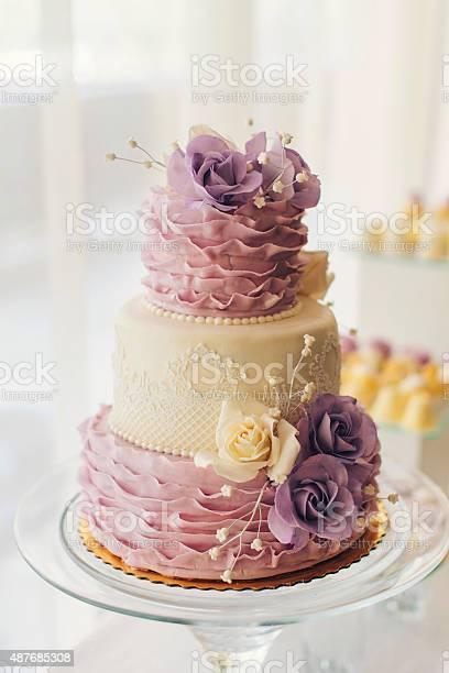 Wedding cake with flowers picture id487685308?b=1&k=6&m=487685308&s=612x612&h=jisnafrino62uyezkvcs5mhrw7kd7gntt hoyam c c=
