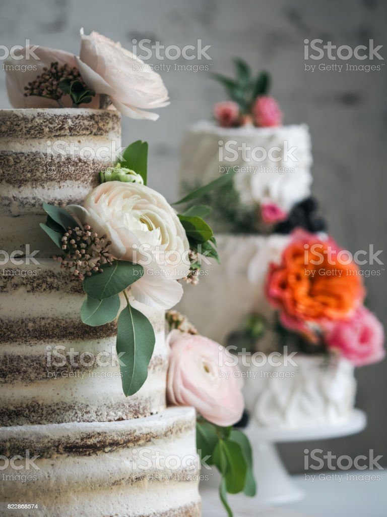 Bolo de casamento com flores - foto de acervo