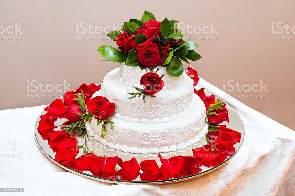 Hochzeitstorte Mit Roten Rosen Stock Fotografie Und Mehr Bilder Von
