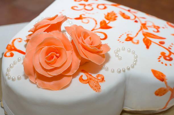 hochzeitstorte mit rosen - orange hochzeitstorten stock-fotos und bilder