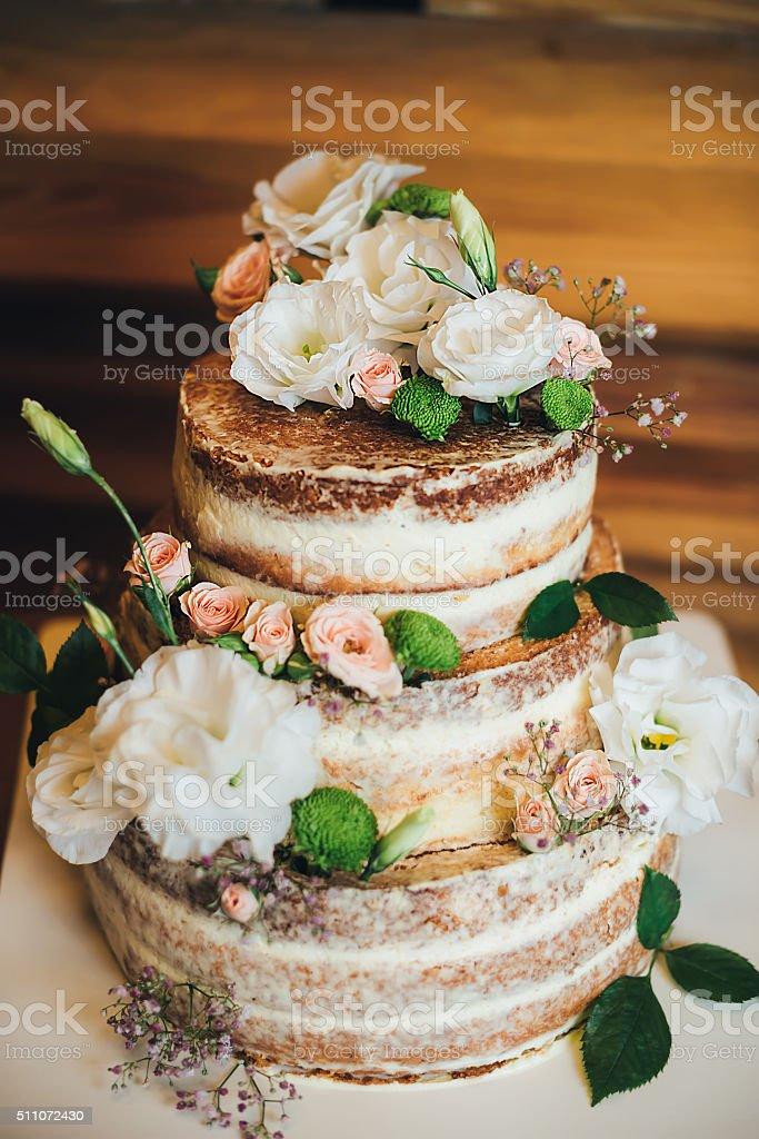 Bolo de casamento com rosas chantili - foto de acervo