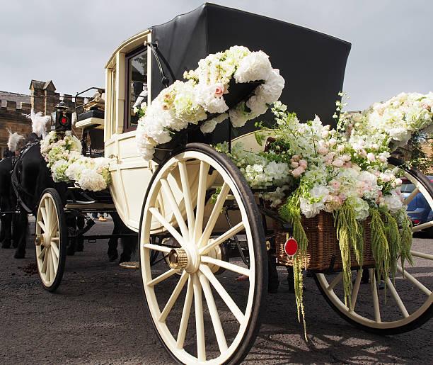 hochzeit carriage warten für braut und bräutigam - pferdekutsche stock-fotos und bilder