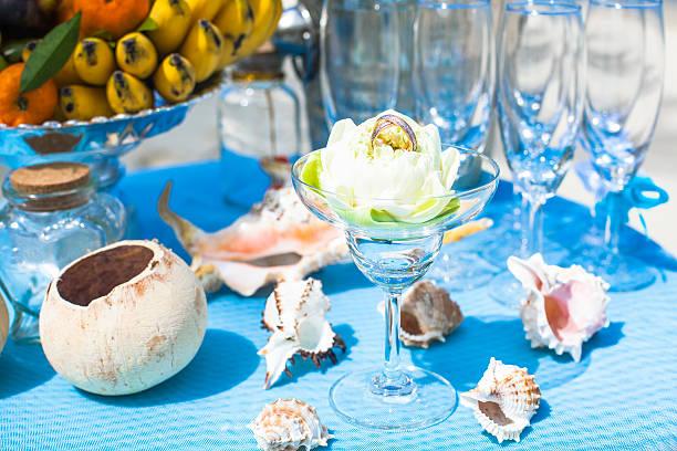 hochzeitszeremonie am strand dekorationen tisch mit obst und champagner - bananenlikör stock-fotos und bilder