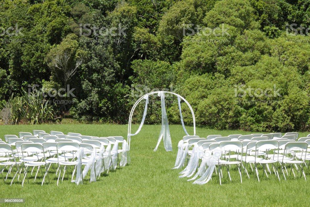 庭に緑の芝生の上の結婚式 - お祝いのロイヤリティフリーストックフォト