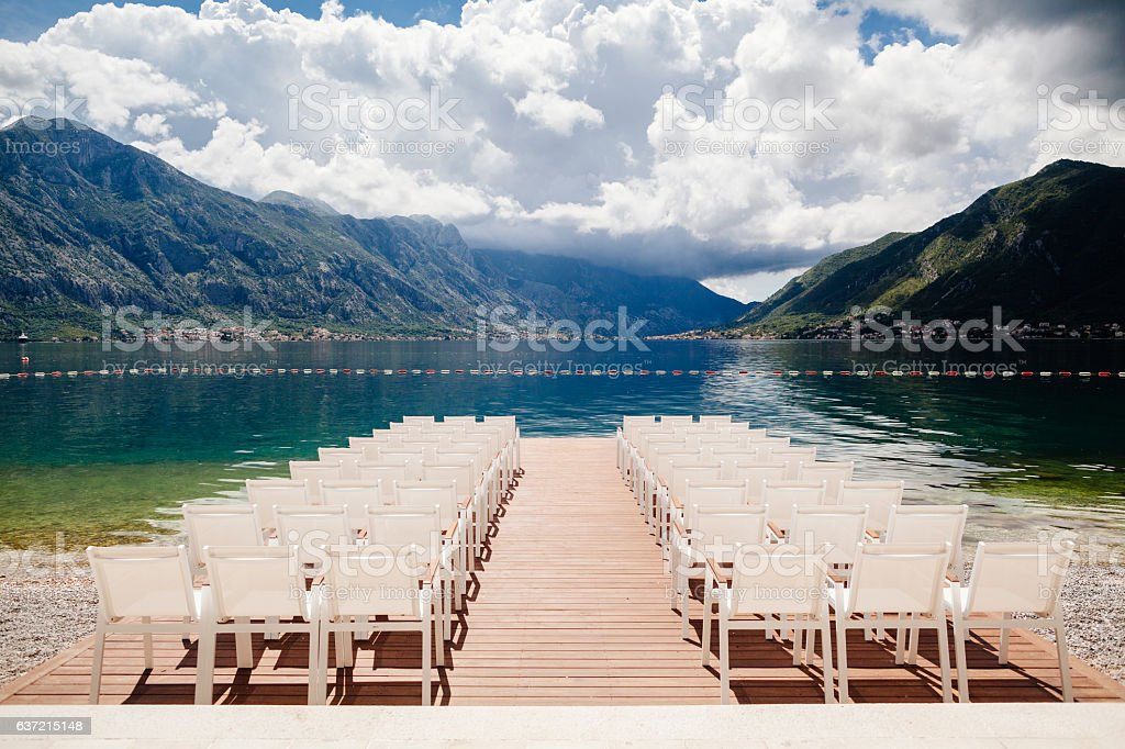 wedding chairs with flowers decoration – Foto