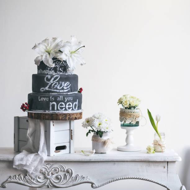 chulk schreibtisch hochzeitstorte - bräutigam tisch stock-fotos und bilder