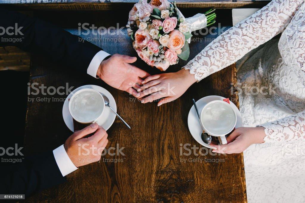 咖啡館的新婚夫婦, 頂級視圖 免版稅 stock photo