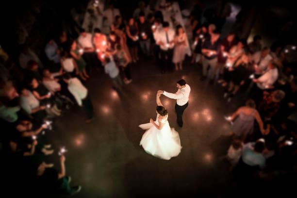 hochzeitspaar tanzt auf ihrer party - hochzeitskleid in schwarz stock-fotos und bilder