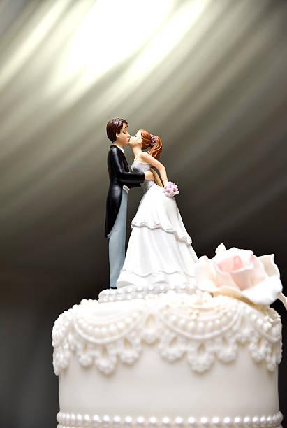 wedding couple figure on the cake - tortenfiguren stock-fotos und bilder