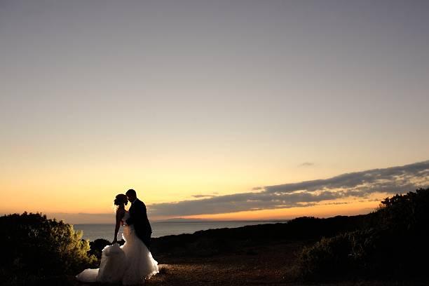 hochzeitspaar am abend. ruhigen romantischen moment. - hochzeitsreise zypern stock-fotos und bilder