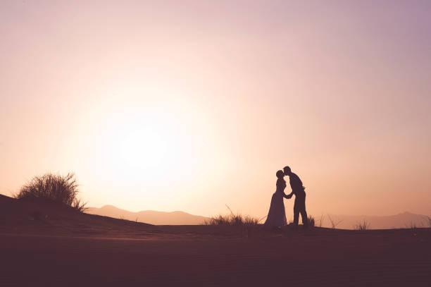 hochzeit paar küssen in der wüste - namib wüste stock-fotos und bilder