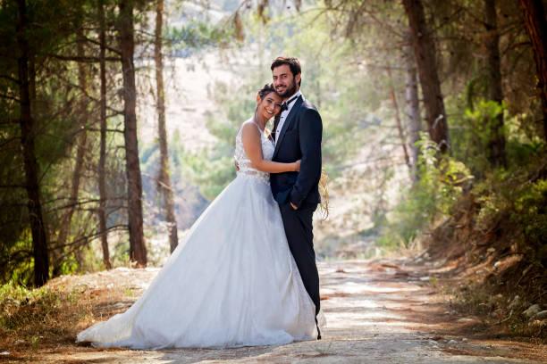 Hochzeitspaar, Wandern zwischen den Bäumen im Wald. – Foto
