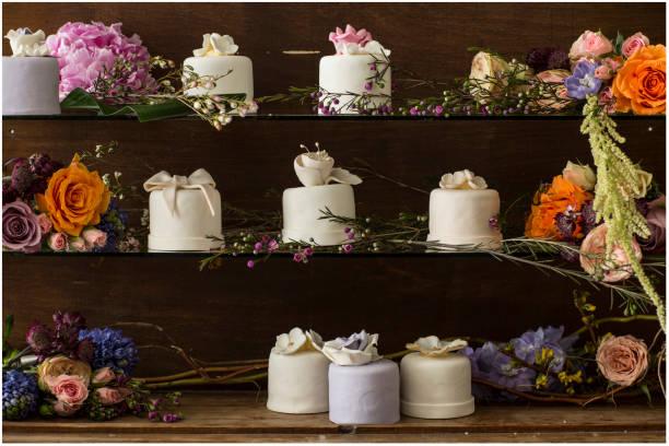 hochzeit-cupcakes - orange hochzeitstorten stock-fotos und bilder