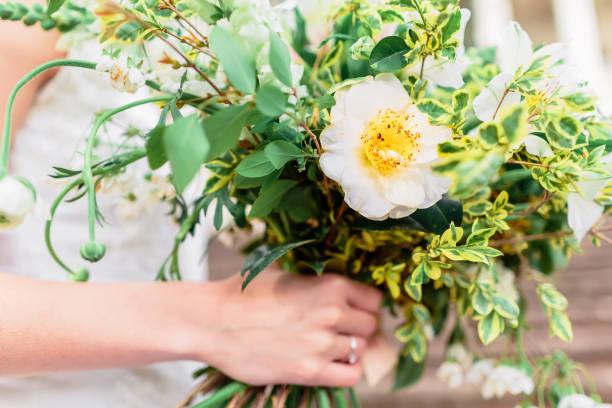 wedding day. bride in white dress with beautiful wedding bouquet. - grüne hochzeit themen stock-fotos und bilder