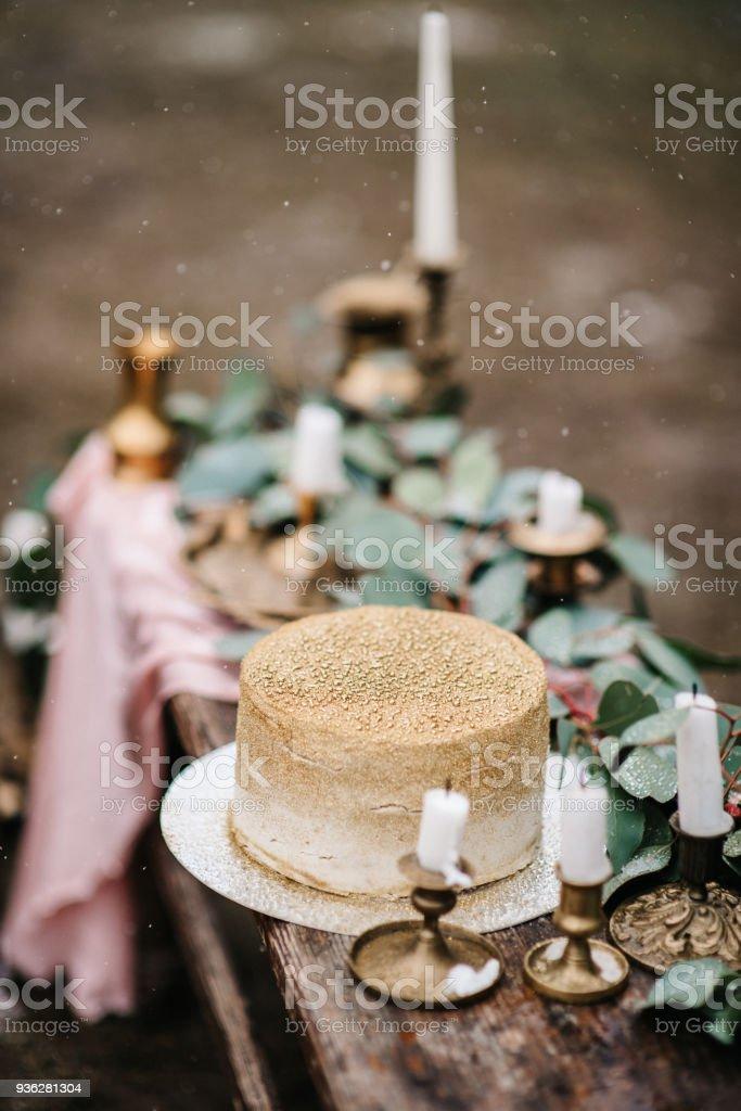 Hochzeit Dekoration Mit Einem Goldenen Kuchen Stockfoto Und