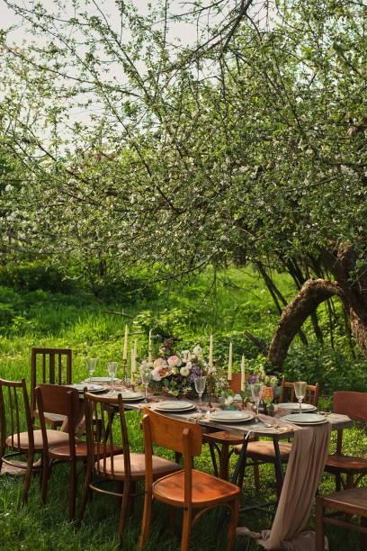 dekorierte hochzeitstafel, dekor hochzeitsessen in der natur im garten - grüne wald hochzeiten stock-fotos und bilder