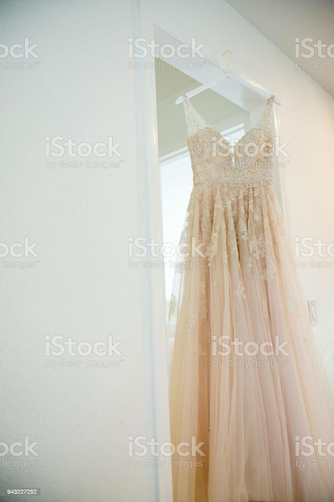 vestido de novia colgado en la puerta - fotografía de stock y más