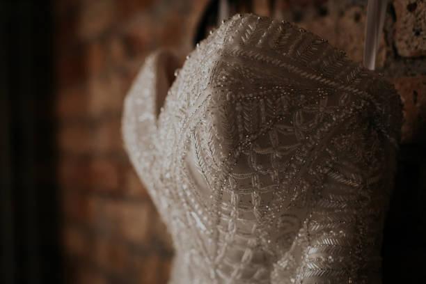 hochzeitskleid - brautkleid trägerlos stock-fotos und bilder