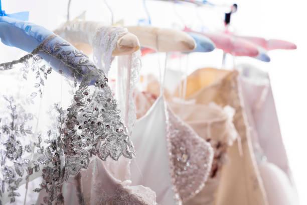 hochzeit kleid shopping - kleider günstig kaufen stock-fotos und bilder