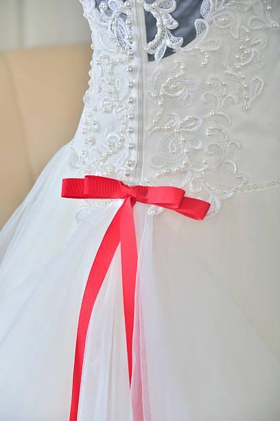 hochzeit kleid mit rosa schleife und korsett - brautkleid trägerlos stock-fotos und bilder