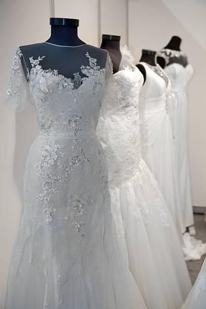 hochzeit kleider - hochzeitskleid in schwarz stock-fotos und bilder